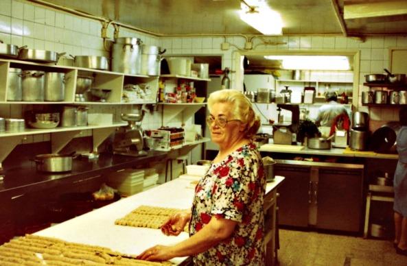 La Carmen fent croquetes (anys 90)